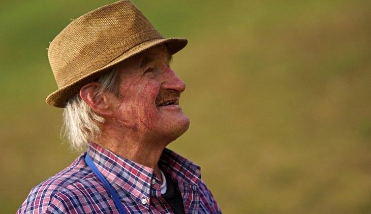 יתרונות בריאותיים של הקיווי: אדם מבוגר חובש כובע ומביט אל האופק