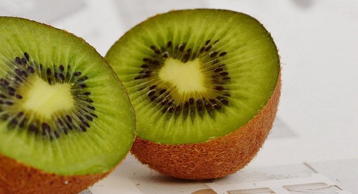 יתרונות בריאותיים של הקיווי: פרי קיווי חצוי