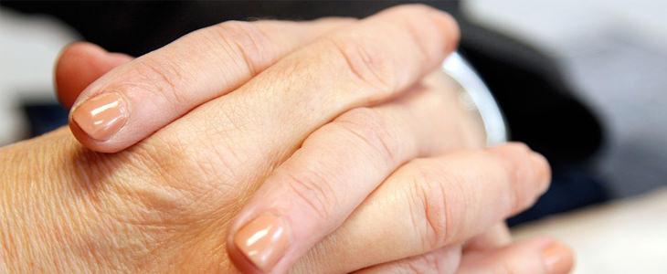 מבחן 4 הפעולות: אצבעות שלובות של איש עסקים