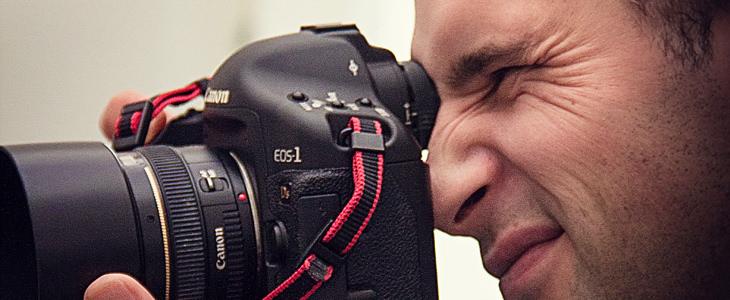מבחן 4 הפעולות: גבר מצלם תמונה במצלמה