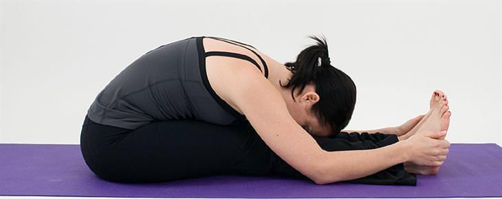 תרגילי יוגה להורדה במשקל - כיפוף לפנים בישיבה