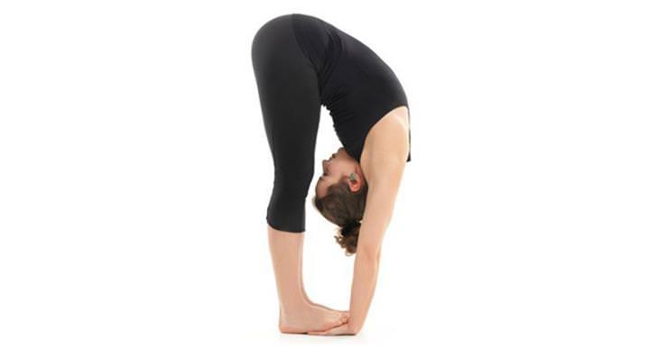 תרגילי יוגה להורדה במשקל - כיפוף קדמי בעמידה