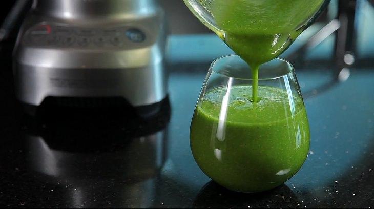 משקה לחיזוק עצמות: משקה ירוק נמזג לכוס