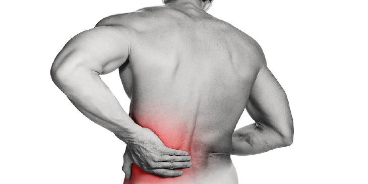 משקה לחיזוק עצמות: איור של גבר אוחז בגבו