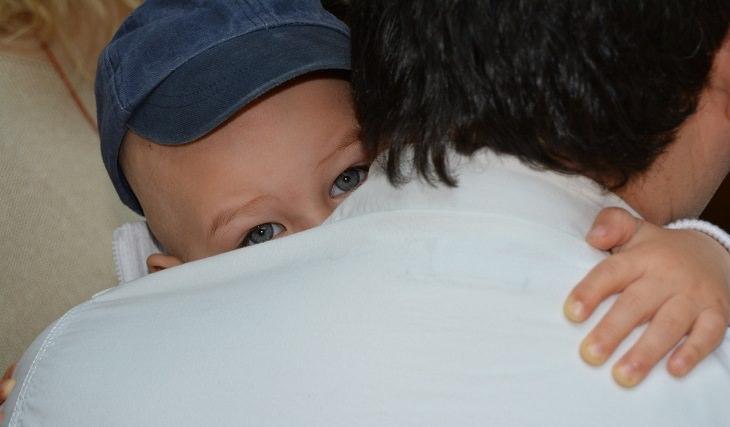 טיפים מדעיים לגידול ילדים מצליחים: תינוק מחבק את אבא שלו