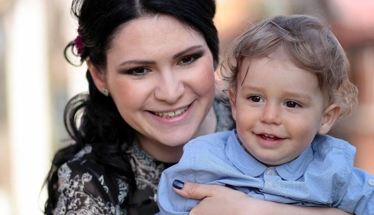 טיפים מדעיים לגידול ילדים מצליחים: אימא וילד מחייכים
