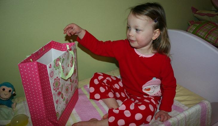 גמילה ממוצץ: ילדה משליכה דבר מה לתוך שקית