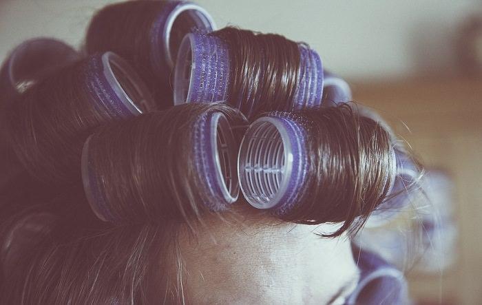 שיר משעשע על סבתא: שיער כרוך ברולים