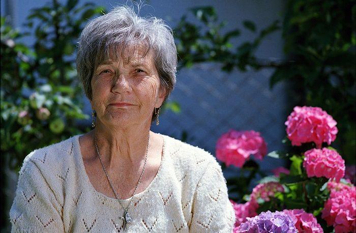 שיר משעשע על סבתא: איזה מבוגרת מחייכת למצלמה