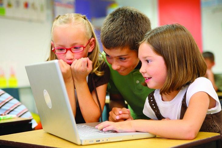 מאגר דפי צביעה אונליין: חבורת ילדים מביטה בהשתאות על מסך מחשב