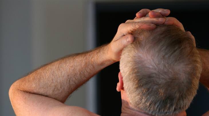 מה כאב הראש אומר על בריאותכם: אדם תופס בראשו