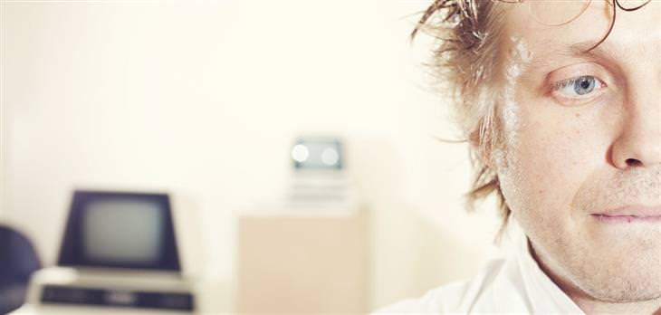 מה כאב הראש אומר על בריאותכם: אדם עם הבעת פנים מתוסכלת