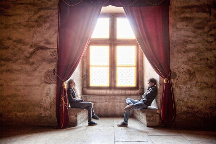 טיפים שיגרמו לאנשים לחבב אתכם: שני אנשים יושבים זה מול זה בחלל מואר