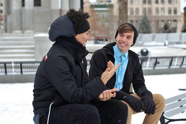 טיפים שיגרמו לאנשים לחבב אתכם: זוג חברים יושבים על ספסל ומשוחחים