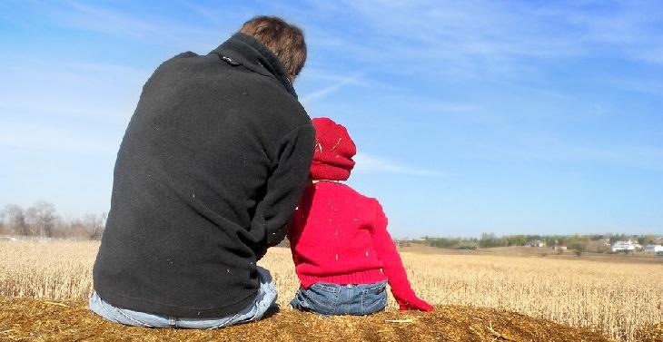 אבא מדבר עם ילדתו