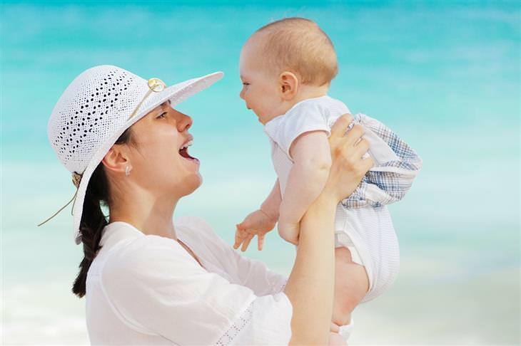 אמא מחזיקה תינוק באוויר