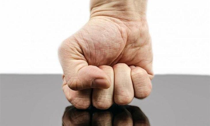 התמודדות עם כעס: אגרוף מכה בשולחן