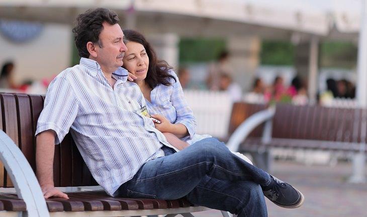 סודות של זוגות מאושרים: זוג יושב על ספסל ברחוב