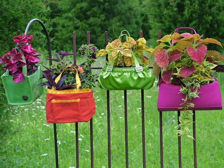 עיצובים לגינה: תיקי יד עם אדמה לשתילת צמחים שתלויים על הגדר