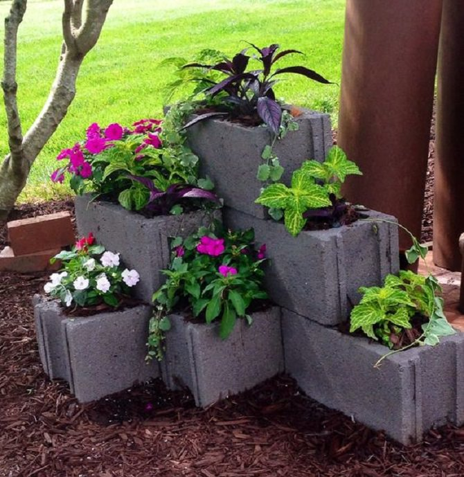 עיצובים לגינה: לבנים לבנייה עם אדמה וצמחים שתולים