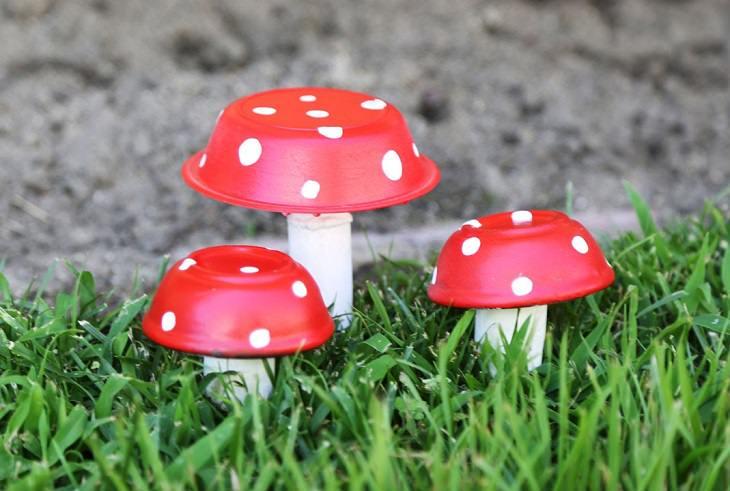 עיצובים לגינה: פסלוני פטריות זעירים מקערה ופקק שעם לקישוט הגינה