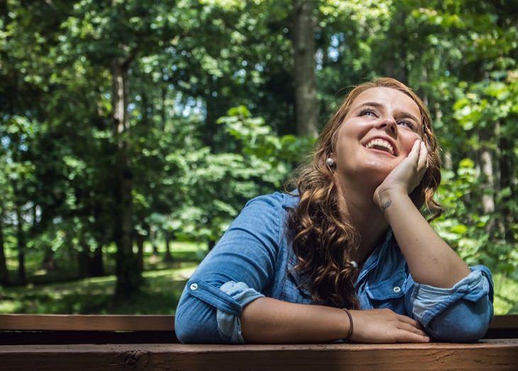 אישה מחייכת וצופה לאופק