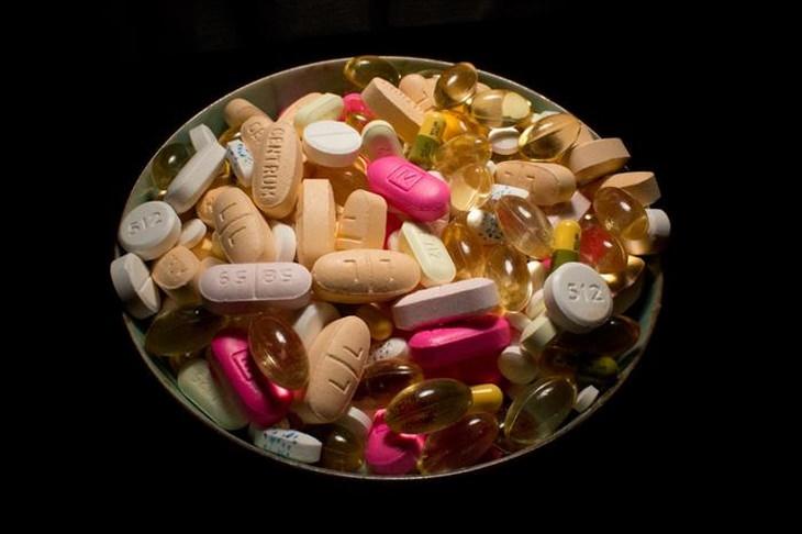 קערה עם תרופות שונות