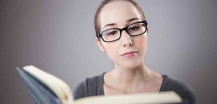אישה קוראת ספר