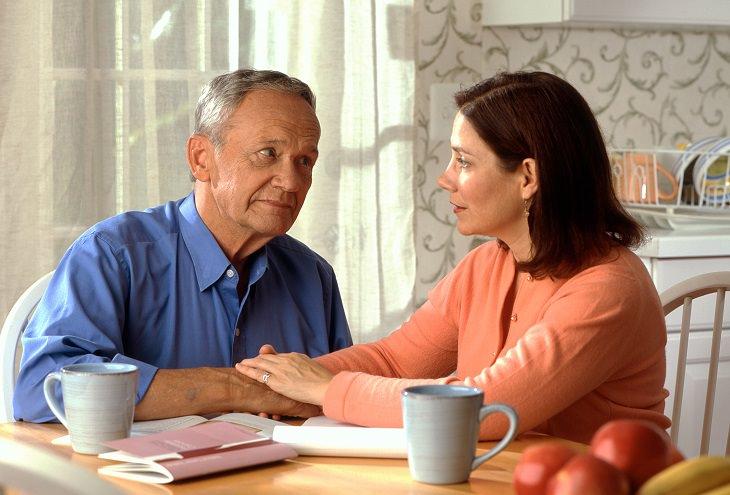 כל מה שצריך לדעת על הכנת צוואה: אדם מבוגר יושב ליד השולחן עם מבט מוטרד ואישה צעירה יותר לידו