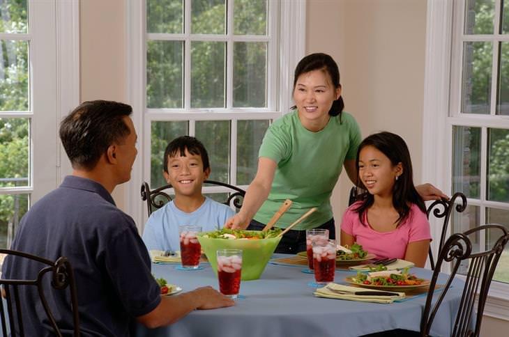 אמא מגישה ארוחה למשפחתה