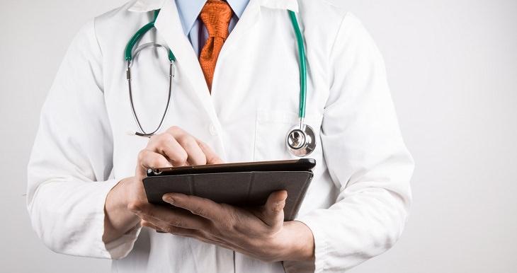 רופא מחזיק תיק רפואי ורושם אבחנה