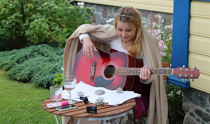 אישה עם גיטרה