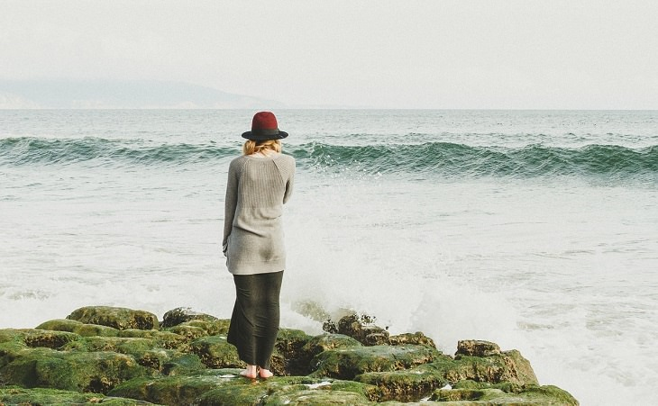 אישה על שפת הים