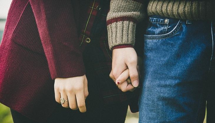ידיים של גבר ואישה אוחזות זו בזו