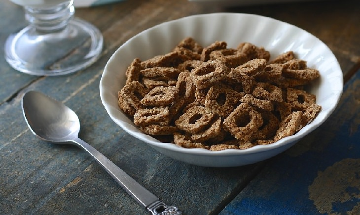 כמויות נחוצות של רכיבים תזונתיים: דגני בוקר מגרנולה בתוך קערה