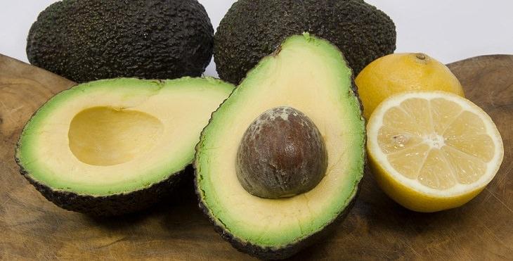 כמויות נחוצות של רכיבים תזונתיים: אבוקדו וחתיכות לימון