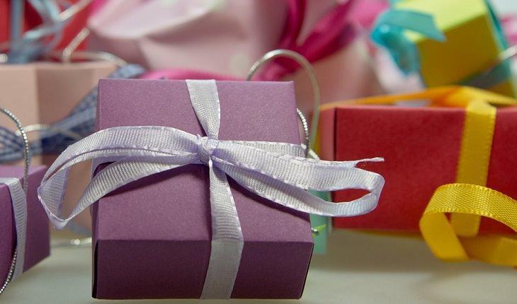 """""""מכתב לסבתא בגן עדן"""" מאת דוד אשל: קופסת מתנה קשורה בסרט"""