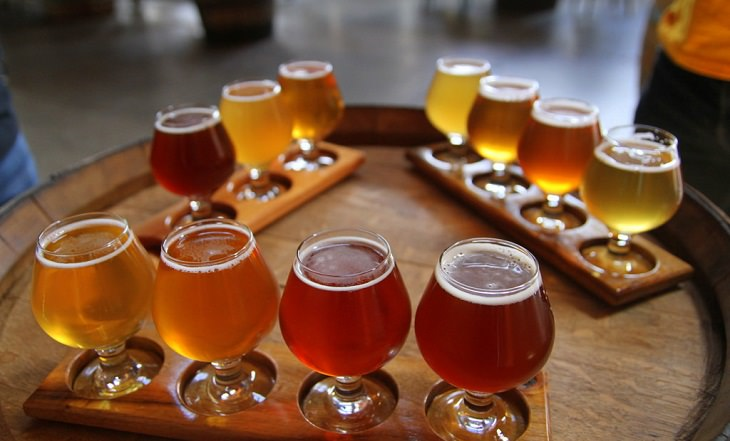 שימושים מפתיעים לבירה: כוסות מלאות בבירה מונחות על חבית