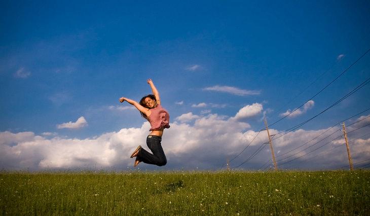 אישה קופצת באוויר משמחה