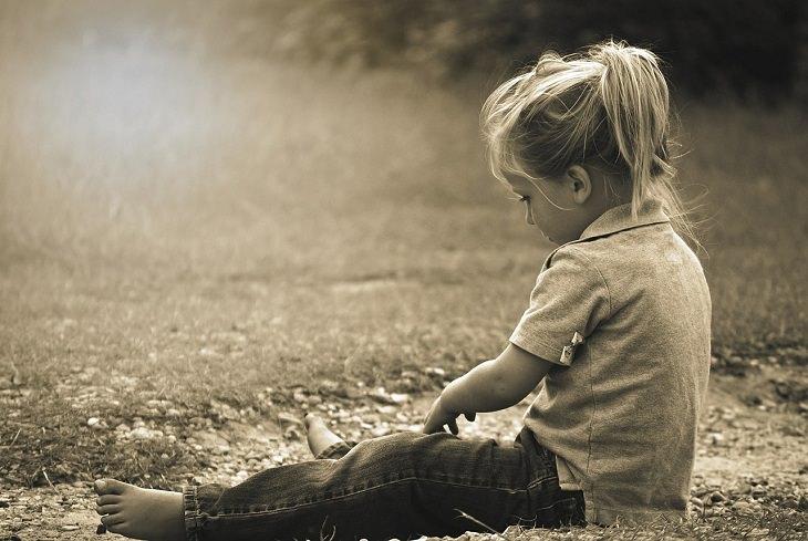 ילדה ממתינה לסוף פסק הזמן