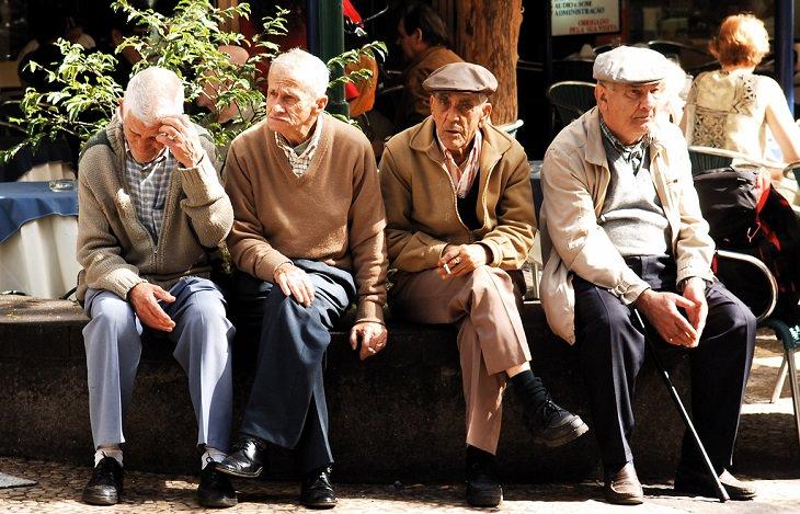ארבע גברים מבוגרים מחוץ למסעדה