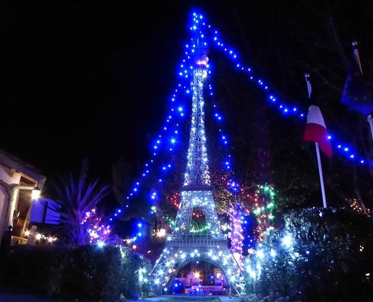 מודל מיניאטורי של פריז: תמונה של מגדל אייפל בחושך מואר עם אורות צבעוניים