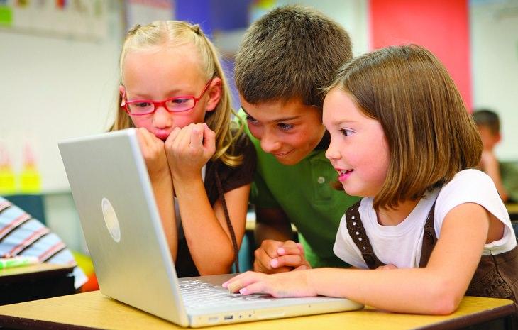 ילדים צופים יחד במחשב בכיתה