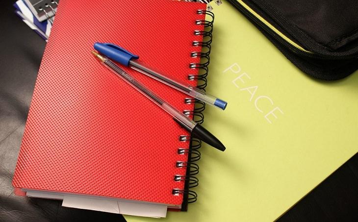 מחברת ועליה כלי כתיבה
