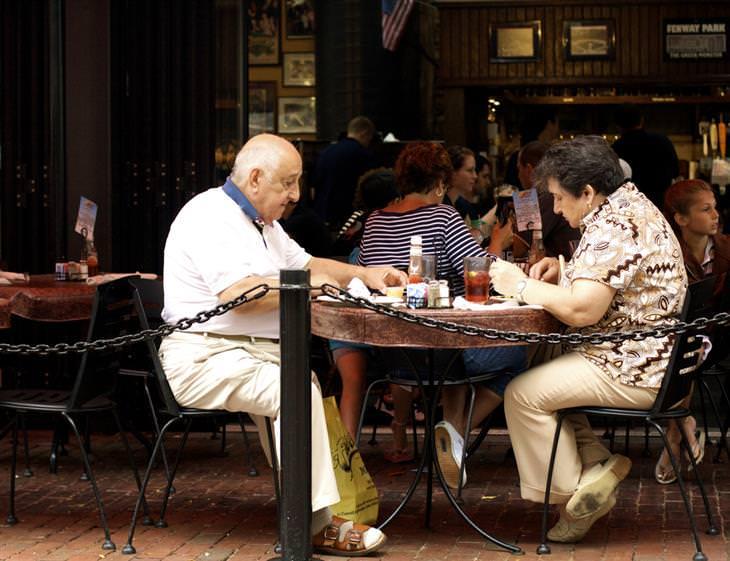 זוג קשישים במסעדה