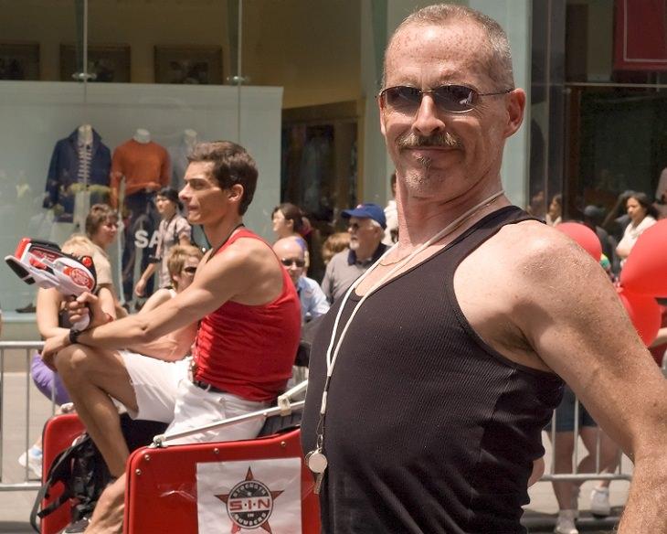 תרגיל הפלאנק ויתרונותיו: גבר מבוגר ואתלט עם יציבה טובה