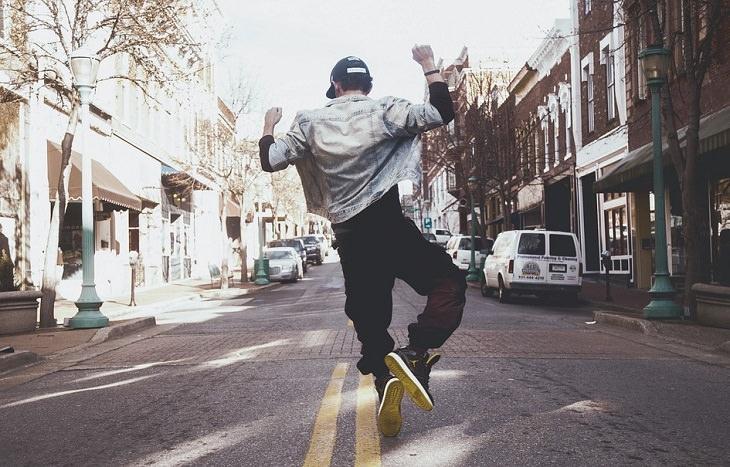 תרגיל הפלאנק ויתרונותיו: אדם קופץ מאושר