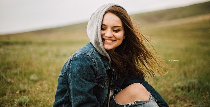 בחורה מחייכת בשדה