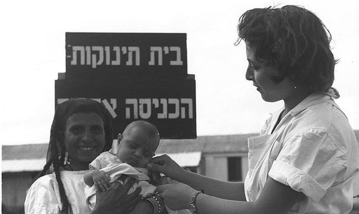 אם, אחות ותינוקות סמוך לבית תינוקות