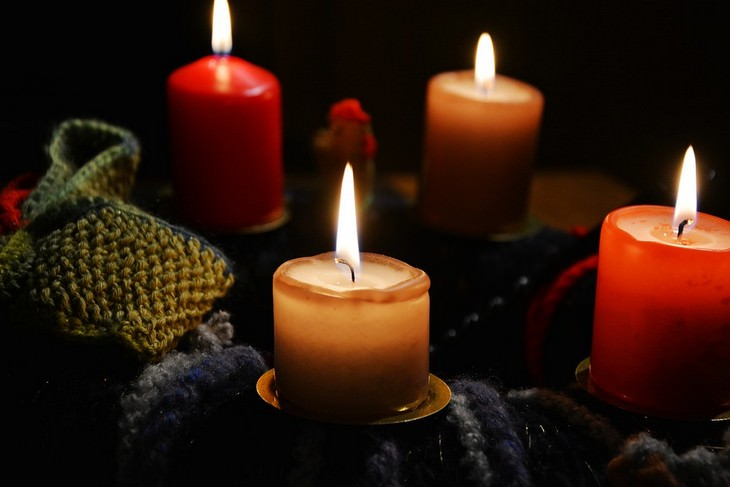 נרות דולקים בחשיכה